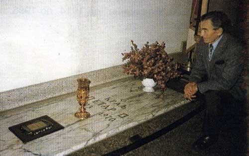 Jozef Velker na grobu kralja Petra II Karađorđevića